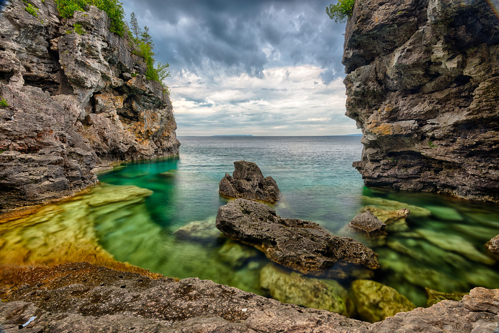 Rocks and turquoise waters at the grotto bruce peninsula national park